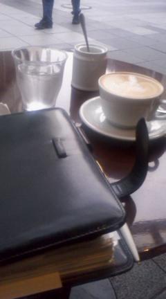 只今、カフェにて